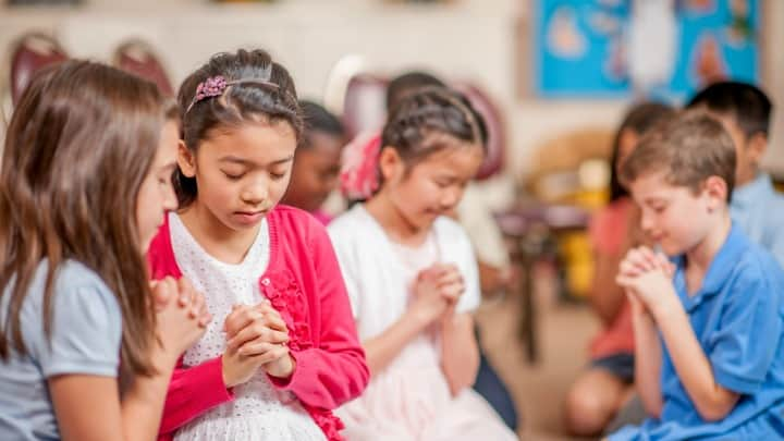 children-praying-church